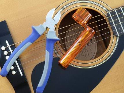 Gitarrensaiten aufziehen